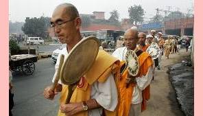 Monges marcham pela paz na Índia