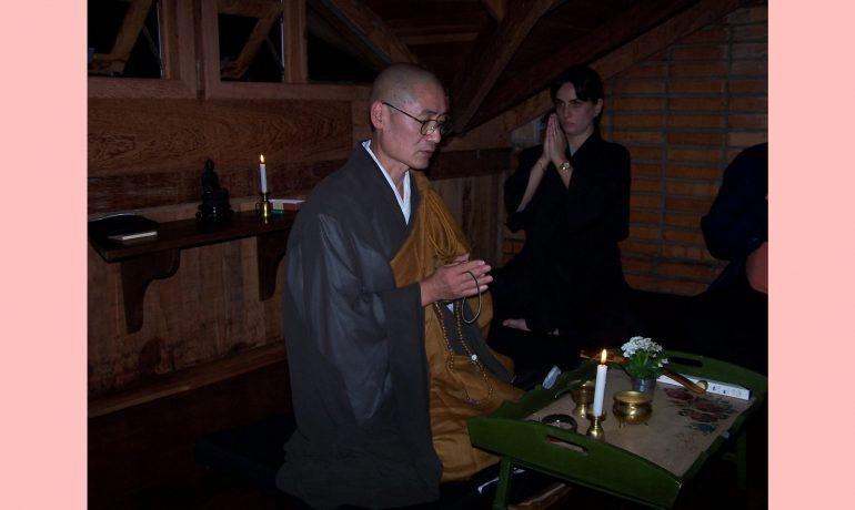 Por que as roupas dos monges são orientais?