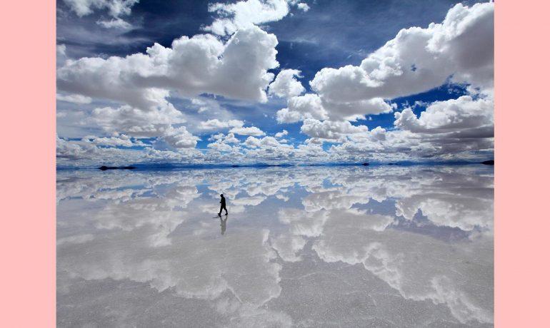O céu não é perturbado pelas brancas nuvens que passam