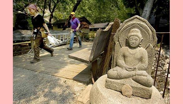 Fogo ameaça o mais antigo mosteiro zen do ocidente.