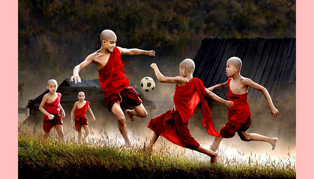 Budistas de Mianmar jogam futebol