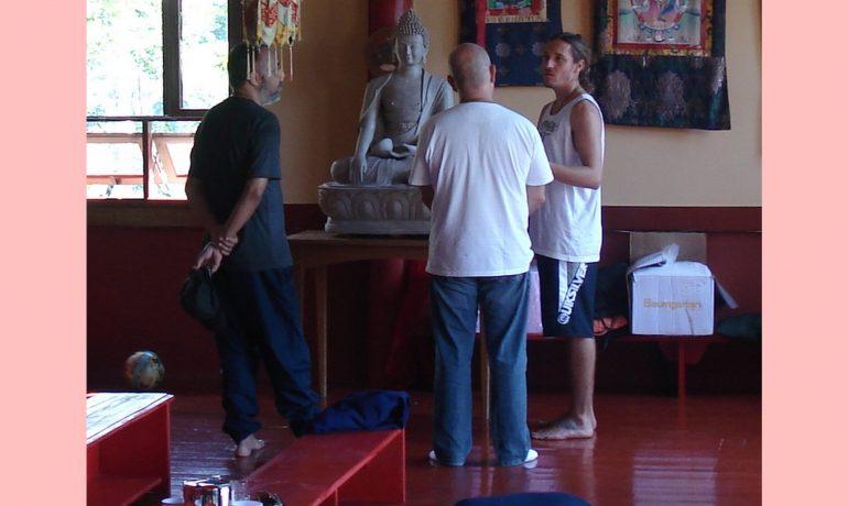Olhando a estátua de Buddha