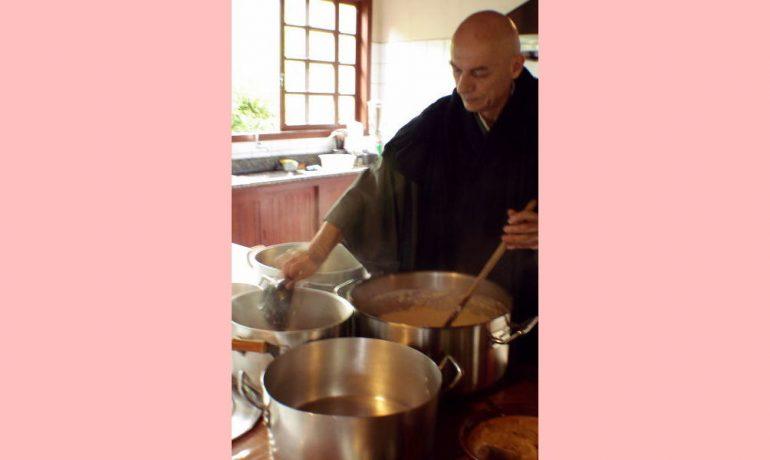 Daiju San, abade de Ibiraçu, trabalha na cozinha.