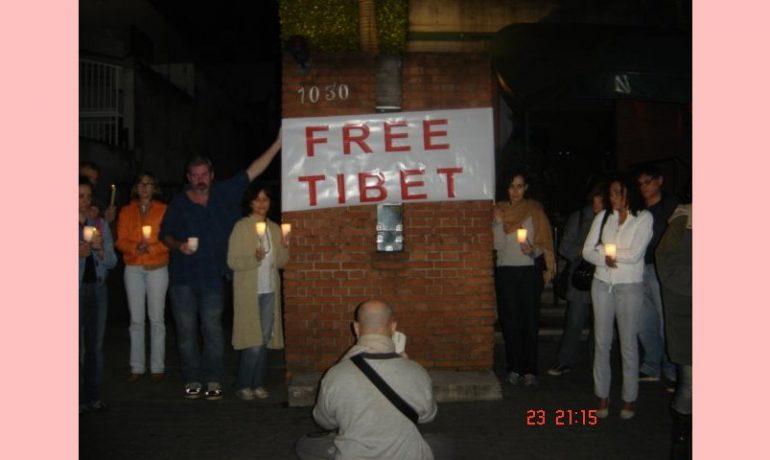 À frente do consulado da China...