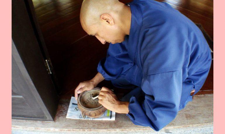 Monge Unsho, da Colômbia, limpa um incensário. Foto Seigen, Mosteiro de Ibiraçu.