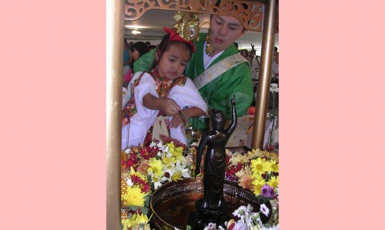 No Hanamatsuri, festa do nacimento de Buda, chá doce sobre a estátua de Buda menino.