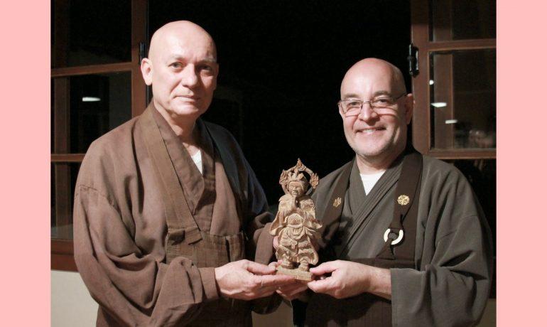 Abade Daiju Bitti doa estátua histórica para o Daissen Ji