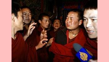 Visita de propaganda chinesa a Lhasa vira fracasso devido a desafio de monges à repressão