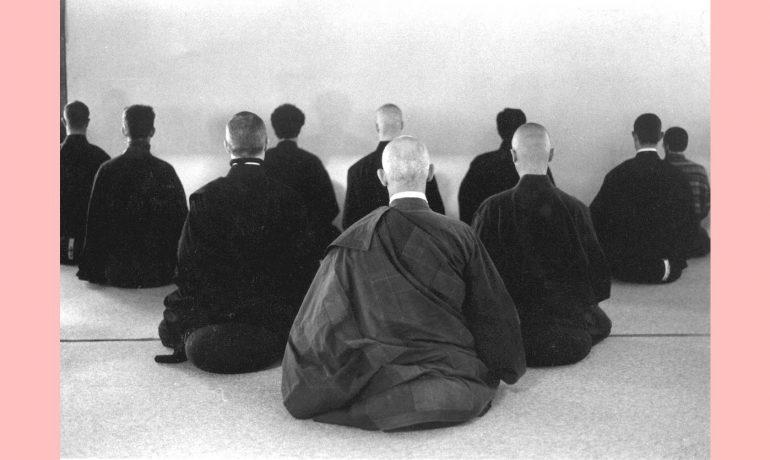 Sentamos todos juntos, todos um com o outro